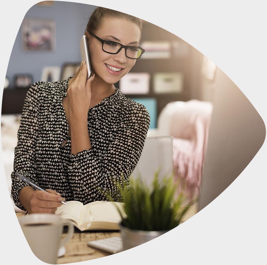 Mulher trabalhando com DocFlow no escritório.