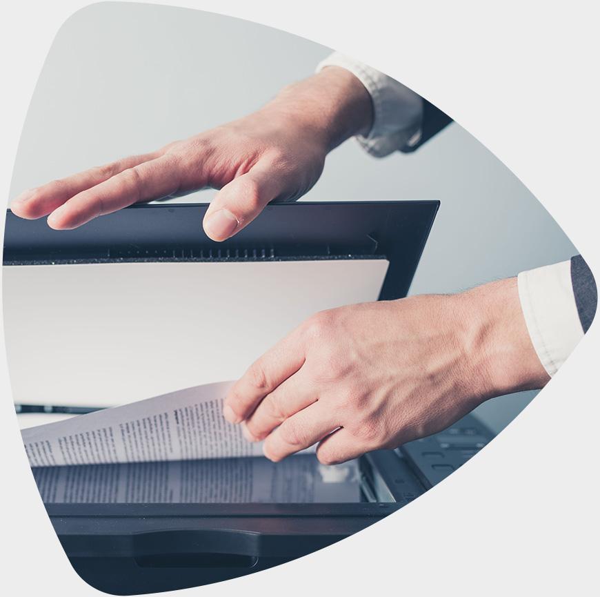 Pessoa digitalizando documentos com EasyMedia.